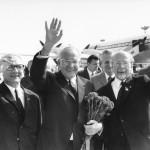 ADN-ZB Thieme 14.6.71 Berlin: VIII. Parteitag.  Delegation der KPTsch eingetroffen.  Die Delegation der Kommunistischen Partei der Tschechoslowakei unter der Leitung des Generalsekretärs des ZK, Dr. Gustav Husak (Mitte), traf am 14.6.71 auf dem Zentralflughafen Berlin-Schönefeld ein. Die Abordnung wurde herzlich empfangen von den Mitglidern des Politbüros des ZK der SED Erich Honecker (links), Erster Sekretär des ZK der SED, Walter Ulbricht (r.), Günter Mittag (2. V.r., halbverdeckt) und weiteren Mitgliedern der Parteiführung.
